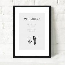 Fødselsplakat med fod/håndaftryk og barnets oplysninger, grå