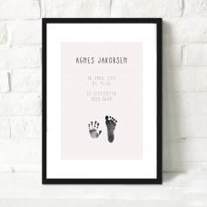 Fødselsplakat med fod/håndaftryk og barnets oplysninger, rosa
